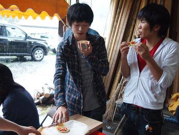 薪ストーブピザ食べ.jpg